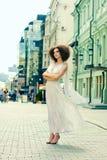 Sexy jonge vrouw in luxueuze kleding op de straat Stock Afbeeldingen