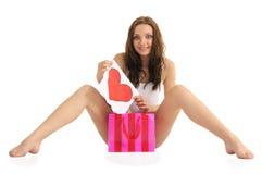 Sexy jonge vrouw met geschilderde hart en giftzakken Stock Fotografie