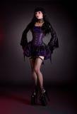 Sexy jonge vrouw in zwart en purper kostuum royalty-vrije stock foto's