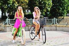 Sexy jonge vrouwen op fietsen - openlucht Stock Afbeeldingen