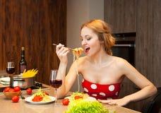 Sexy junge blonde Frau, die Spaghettis isst Lizenzfreies Stockfoto