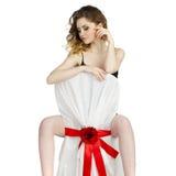 Sexy junge blonde Frau, die vorwärts auf einer Rückenlehne sitzt Lizenzfreies Stockfoto