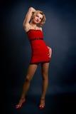 Sexy junge blonde Frau in einem roten Kleid Lizenzfreies Stockbild