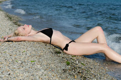 Sexy junge blonde Frau im Bikini, legen sich hin Stockfotografie