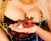 Sexy junge blonde Frau im Korsett mit Geschenken Lizenzfreies Stockfoto