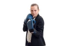 Sexy junge blonde Stellung in den Boxhandschuhen und blaues Büro kostümieren Nahaufnahme Stockbilder