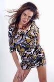 junge Brunette-Frau, die ein Kleid trägt Lizenzfreie Stockfotos