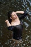 Sexy junge Brunetteschönheit in einem Wasser Stockfoto