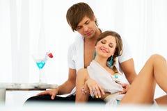 Sexy junge entspannende Paare Stockbilder