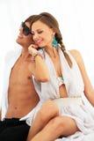 Sexy junge entspannende Paare Lizenzfreie Stockbilder