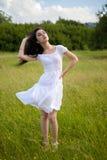 Sexy junge Frau auf Rasenfläche Stockbild