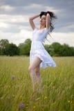 Sexy junge Frau auf Rasenfläche Stockfotografie