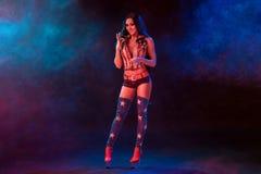 Sexy junge Frau in der erotischen Fetischabnutzungs-Tanzenstriptease im Nachtklub Nackte sexy Frau in der Showklage Stockbilder