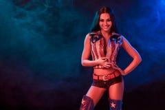 Sexy junge Frau in der erotischen Fetischabnutzungs-Tanzenstriptease im Nachtklub Nackte sexy Frau in der Showklage Stockfoto