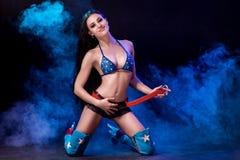 Sexy junge Frau in der erotischen Fetischabnutzungs-Tanzenstriptease im Nachtklub Nackte sexy Frau in der Showklage Stockfotos