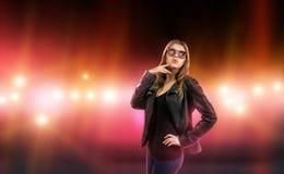 Sexy junge Frau in der Lederjacke, die durch Sorgfalt umgeben wird und Kamera blitzen Promi, Modell, Stern Lizenzfreie Stockbilder