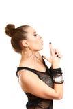 Sexy junge Frau, die Gewehr herstellt zu gestikulieren und auf der Indexflosse durchbrennt Lizenzfreies Stockbild