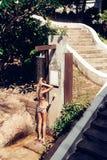 Sexy junge Frau in einem Badeanzug, der eine Dusche nimmt, nachdem herein schwimmen Stockfoto