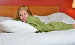 Sexy junge Frau im Hemd der Männer - im Bett Lizenzfreies Stockbild