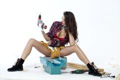 Sexy junge Frau sitzt auf einem Ziegelstein Lizenzfreies Stockfoto