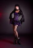 Sexy junge Frau in viktorianischer purpurroter und schwarzer Halloween-Ausstattung Stockbild