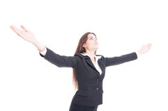 junge Geschäftsfrau, welche die breite Verbreitung der Arme ausdrückt SU hält Stockfotos