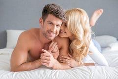 Sexy junge Paare auf Bett-Bonbon-Momenten Lizenzfreie Stockbilder