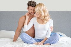 Sexy junge Paare auf weißem Bett-Mode-Trieb Lizenzfreie Stockbilder