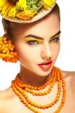 junge Schönheit mit gesundem Haut und Eberesche accessori Stockbild