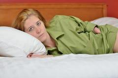 Sexy junge untaugliche Frau im Hemd der Männer - im Bett Lizenzfreies Stockbild