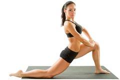 Sexy junge Yogafrau, die yogic Übung auf lokalisiert tut Lizenzfreie Stockfotografie