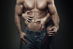 Sexy junger Paarkörper an der Nachtnahaufnahme Stockfotografie