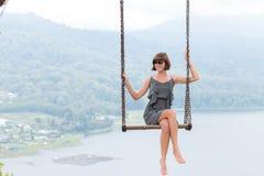 Sexy junges aldy Schwingen über dem Abgrund auf der magischen tropischen Bali-Insel, Indonesien Stockbilder