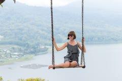 Sexy junges aldy Schwingen über dem Abgrund auf der magischen tropischen Bali-Insel, Indonesien Stockfotografie