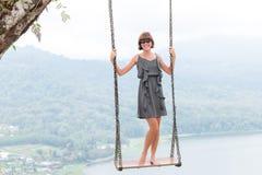 Sexy junges aldy Schwingen über dem Abgrund auf der magischen tropischen Bali-Insel, Indonesien Lizenzfreie Stockbilder