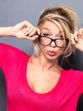 Sexy junges blondes Mädchen mit modischen Brillen schmollend für Valentinsgrüße stockfoto