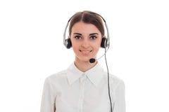 Sexy junges Call-Center-Büromädchen mit den Kopfhörern und Mikrofon, welche die Kamera betrachtet und lokalisiert auf Weiß lächel Lizenzfreie Stockbilder