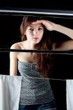 Sexy junges Mädchen außerhalb des Fensters Stockbilder