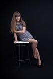 Sexy junges Mädchen auf einem Stuhl Lizenzfreies Stockbild