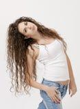 Sexy junges Mädchen im Hemd und in den Jeans Stockfotografie