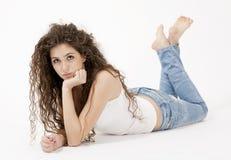 Sexy junges Mädchen im Hemd und in den Jeans Stockbilder