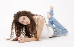 Sexy junges Mädchen im Hemd und in heftigen Jeans Stockfotografie