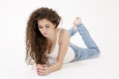 Sexy junges Mädchen im Hemd und in heftigen Jeans Stockbild