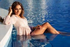 Sexy junges Mädchen schwimmt im Pool, Kurort lizenzfreie stockbilder