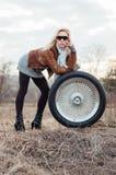 Sexy junges Mädchen sitzt auf einem großen Rad Stockbilder