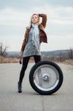 Sexy junges Mädchen sitzt auf einem großen Rad Lizenzfreie Stockfotografie