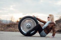 Sexy junges Mädchen sitzt auf einem großen Rad Stockbild