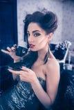 Sexy Kaukasisch model die beneden als een vampierzitting en dri kijken stock fotografie