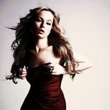 Sexy kaukasische junge Frau im roten Kleid Stockbilder