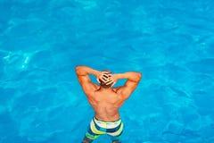 Sexy kerel in blauw water op het strand r Gelukkige jonge mens die pret hebben bij strand op zonnige dag royalty-vrije stock afbeelding